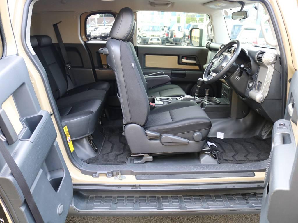 室内は何十項目にも亘るプロの専門ルームクリーニング施工済みです!小さなお子様連れのご家族も安心してお乗りいただけます!外せる部品は外し、特殊洗剤&用品で可能な限り汚れや使用感は除去します★ | トヨタ FJクルーザー 4.0 カラーパッケージ 4WD 新品17AW&KO2 ルーフレール