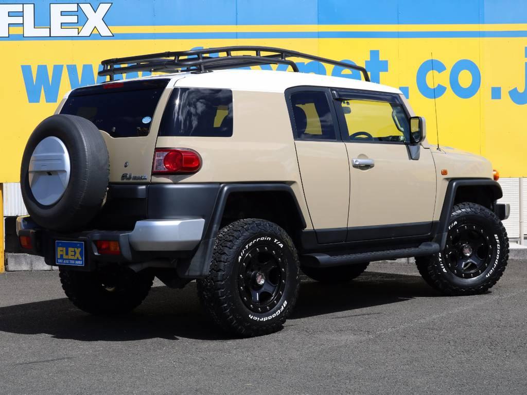 2インチリフトアップ、アルミホイール&タイヤ、ルーフレール、と迫力ある仕様です★エクステリアはブラック系のカラーが多く入ってますので、統一感ある仕上がり★ | トヨタ FJクルーザー 4.0 カラーパッケージ 4WD 新品17AW&KO2 ルーフレール