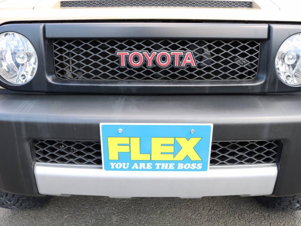 マッドブラックのフロントグリルにTOYOTAロゴがレンドでアクセントになってます★ | トヨタ FJクルーザー 4.0 カラーパッケージ 4WD 新品17AW&KO2 ルーフレール