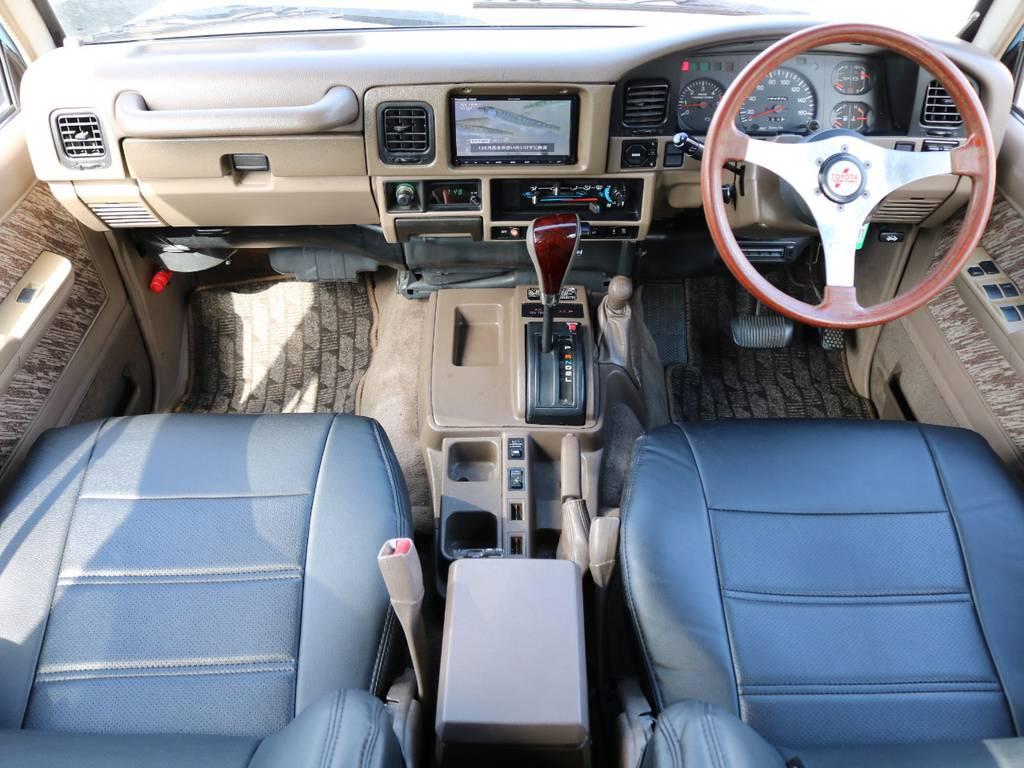 内装は人気のベージュカラー★数が少なくとても人気です!ウッドハンドル、コンビシフトノブ、レザー調シートカバーと人気の装備も多数ついてます★レトロなデザインのインテリアも78の魅力のひとつです! | トヨタ ランドクルーザープラド 3.0 SXワイド ディーゼルターボ 4WD NEWアルルブルー クラシックコンプ