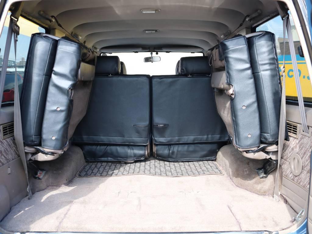 サードシートを跳ね上げると広々としたラゲッジスペースになります★キャンプ、釣り、アウトドア、と充実したカーライフをお送りください★ | トヨタ ランドクルーザープラド 3.0 SXワイド ディーゼルターボ 4WD NEWアルルブルー クラシックコンプ