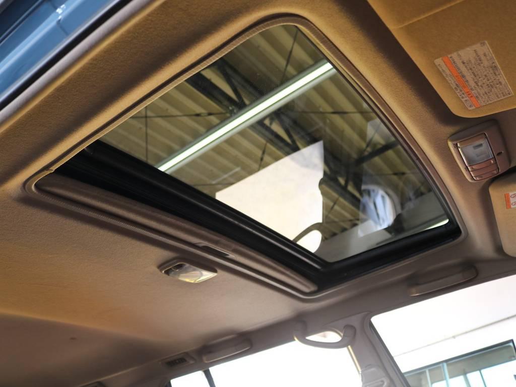 晴れの日のドライブには欠かせないサンルーフ付き♪運転が楽しくなること間違いなしの1台です♪スライド・チルトアップと2段階の操作が可能です! | トヨタ ランドクルーザープラド 3.0 TZ ディーゼルターボ 4WD NEWアルルブルー 丸目&ナロー