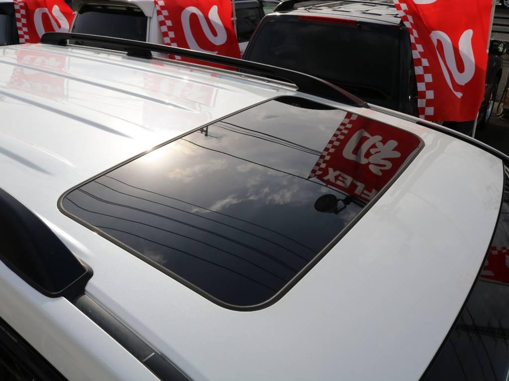 メーカーオプション設定のサンルーフ付き!自然光と新鮮な空気を取り入れ、より快適な車内へ★ロングドライブもきっと楽しいひと時になる事でしょう★