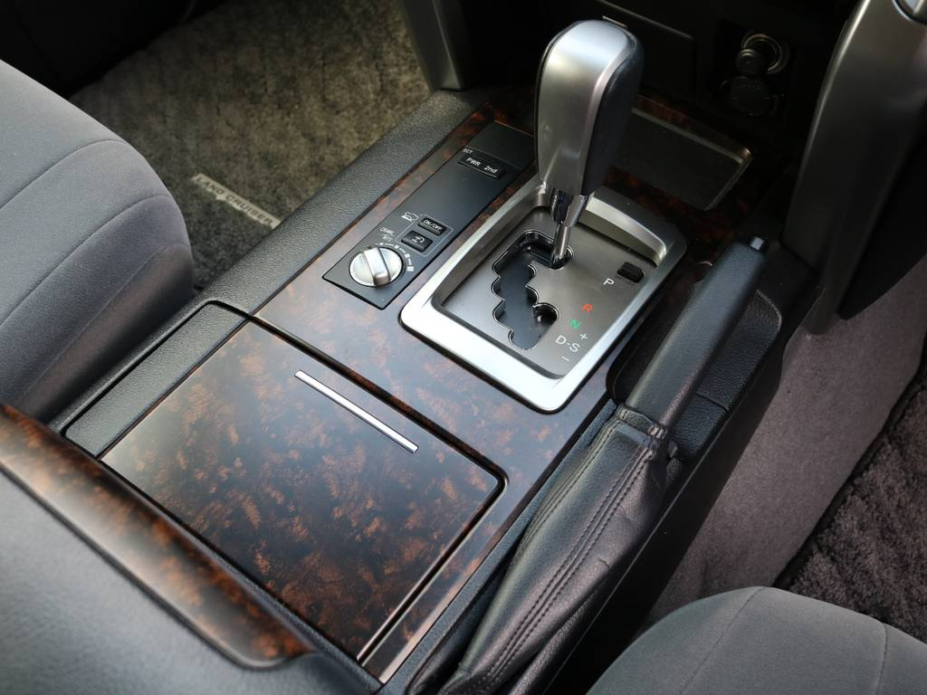 シフト周辺もブラックウッドの高級感溢れるデザイン★マルチテレインセレクト&クロールコントロール、ヒルスタートアシストなど多彩なデバイスが最高のパフォーマンスを発揮します★ | トヨタ ランドクルーザー200 4.6 AX 4WD 中期 ワンオーナー ZX用20AW
