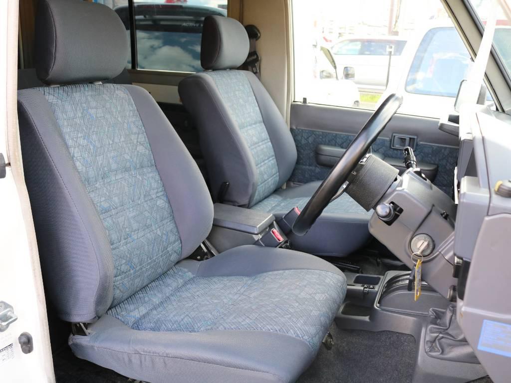 純正シートの状態も良好!目立つ破れや汚れなどは見受けられません!現車の確認が難しい方は、個別に詳細画像を送らせていただきますので、お気軽にお問合せ下さい♪   トヨタ ランドクルーザー70 4.2 ZX FRPトップ ディーゼル 4WD ジムライン16AW グッドリッチKM2