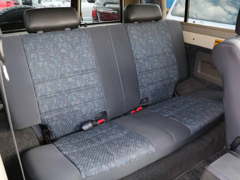 2列目もゆとりあるスペースです♪ご家族やご友人を載せてのお出かけもきっと楽しくなることでしょう!   トヨタ ランドクルーザー70 4.2 ZX FRPトップ ディーゼル 4WD ジムライン16AW グッドリッチKM2