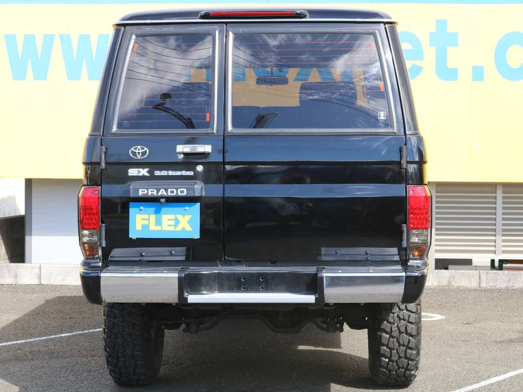 背面レスになりスッキリとしたリア★LEDテールもスモークタイプでボディカラーとも統一感がありカッコ良く仕上がっています♪ | トヨタ ランドクルーザープラド 3.0 SXワイド ディーゼルターボ 4WD ナロー換装 ブラV&KM2 2インチUP