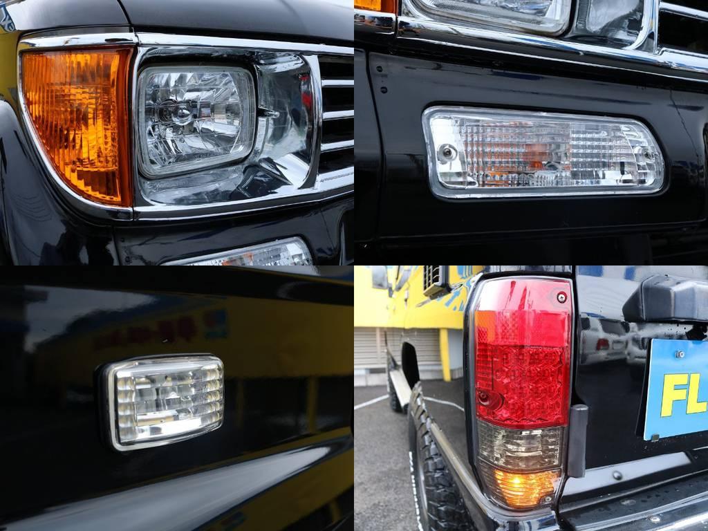クリスタルレンズで統一されたフロントレンズ類に対しスモークタイプをチョイスしたテールレンズは全て新品♪レンズ類が変わるだけでも見た目の印象がぐっと高まります★ | トヨタ ランドクルーザープラド 3.0 SXワイド ディーゼルターボ 4WD ナロー換装 ブラV&KM2 2インチUP