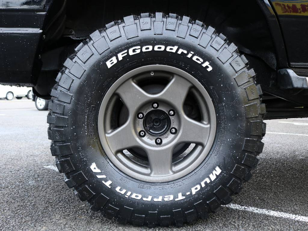 ブラッドレーV 16インチアルミホイールはBFグッドリッチ KM2との組み合わせ★ブラックのボディにブロンズのホイールカラーがさりげないコントラストになっています♪ | トヨタ ランドクルーザープラド 3.0 SXワイド ディーゼルターボ 4WD ナロー換装 ブラV&KM2 2インチUP
