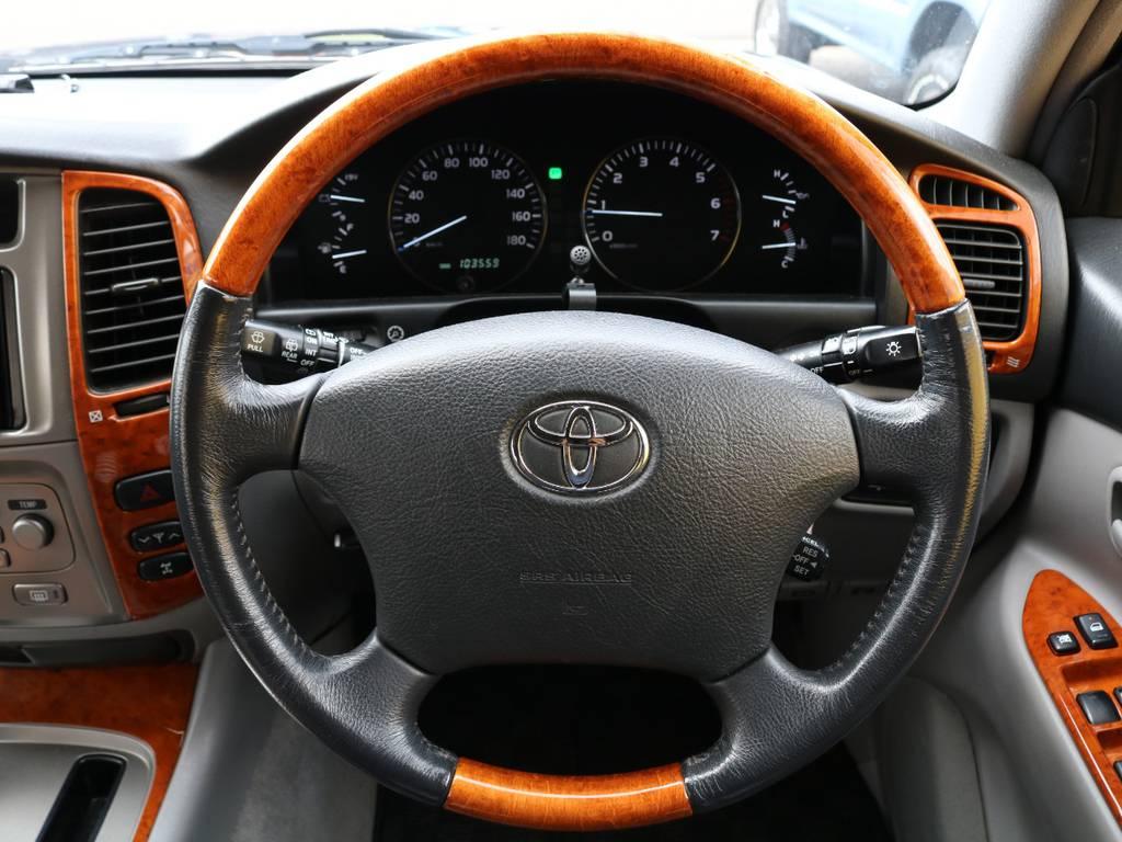 ウッドコンビステアリングで内装は高級感に溢れてます♪ | トヨタ ランドクルーザー100 4.7 VXリミテッド 4WD 中期5速AT マルチレス リフトアップ