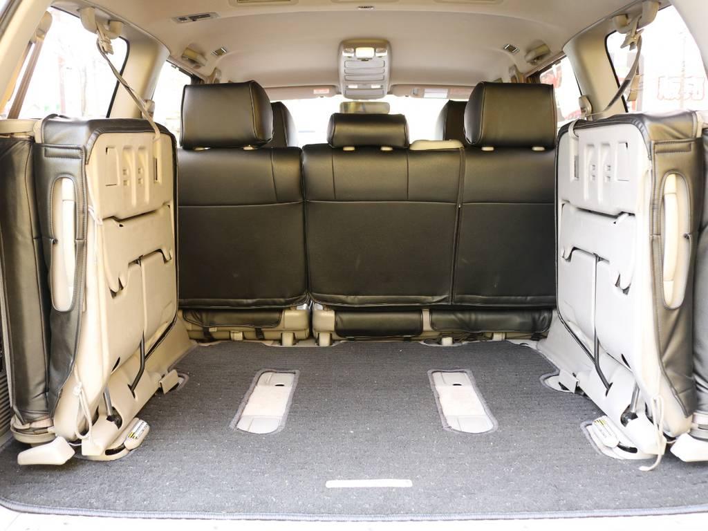 3列目シートは跳ね上げ式となりますので広々とした荷室も確保出来ます♪ | トヨタ ランドクルーザー100 4.7 VXリミテッド 4WD 中期5速AT マルチレス リフトアップ
