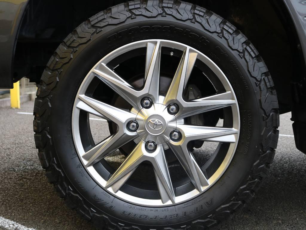 新品LX純正風20インチAWに新品BFグッドリッチ オールテレーンの組み合わせで足元にワイルドさと高級感をプラスしました♪ | トヨタ ランドクルーザー100 4.7 VXリミテッド 4WD 中期5速AT マルチレス リフトアップ