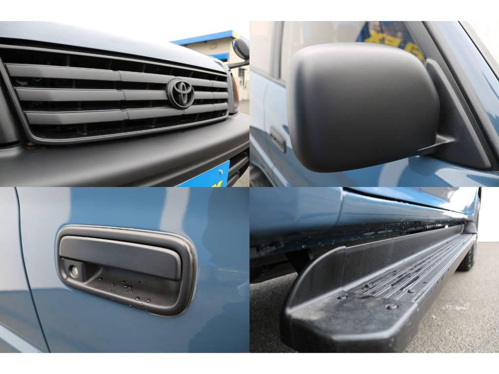フロントグリル、ドアミラー、ドアハンドル、サイドステップ、と各パーツをボディーカラーに合わせマットブラック塗装済み★とっても雰囲気あります♪ | トヨタ ランドクルーザープラド 2.7 TX 4WD NEWアルルブルー 丸目&ナローボディー