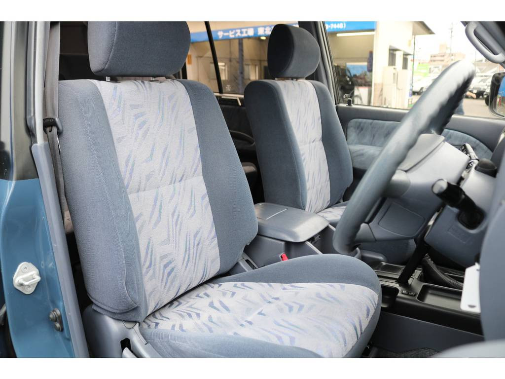 各シートはコゲ穴や破れも無く、良好な状態を保っております★お好みでシートカバーやステアリングの交換なども承りますので、お気軽にご相談ください♪ | トヨタ ランドクルーザープラド 2.7 TX 4WD NEWアルルブルー 丸目&ナローボディー