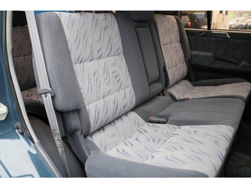 室内は何十項目にも亘るプロの専門ルームクリーニング施工済みです!小さなお子様連れのご家族も安心してお乗りいただけます!外せる部品は外し、特殊洗剤&用品で可能な限り汚れや使用感は除去します★ | トヨタ ランドクルーザープラド 2.7 TX 4WD NEWアルルブルー 丸目&ナローボディー
