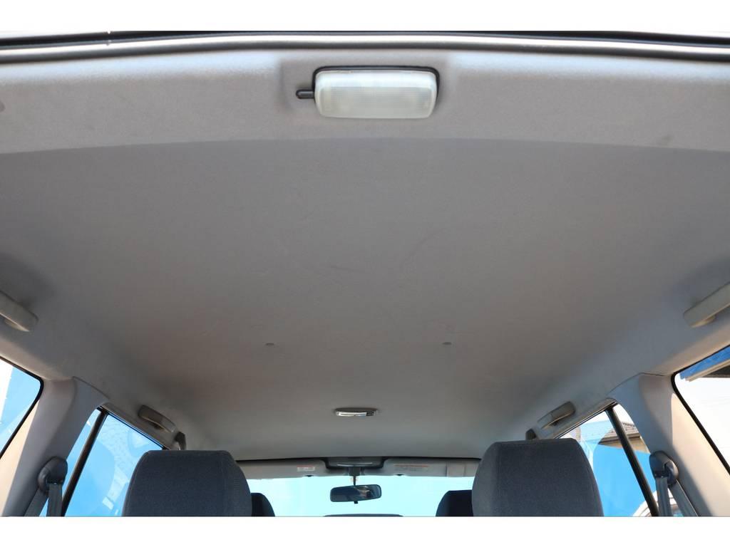キレイな天張りです★中古車ではたま~に天張りがヤニ汚れで真っ黒なんて車もありますので、中古車選びでは重要なチェックポイントです♪ | トヨタ ランドクルーザープラド 2.7 TX 4WD NEWアルルブルー 丸目&ナローボディー