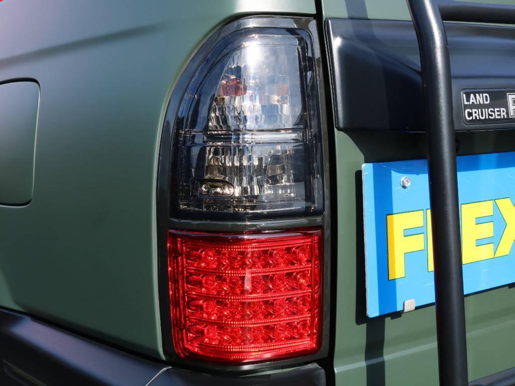 テールライトは新品スモークLEDタイプを投入済み★ボディカラーに合わせたスタイルでマッチしています♪ | トヨタ ランドクルーザープラド 3.0 TX ディーゼルターボ 4WD アーミーグリーン 丸目&ナロー換装