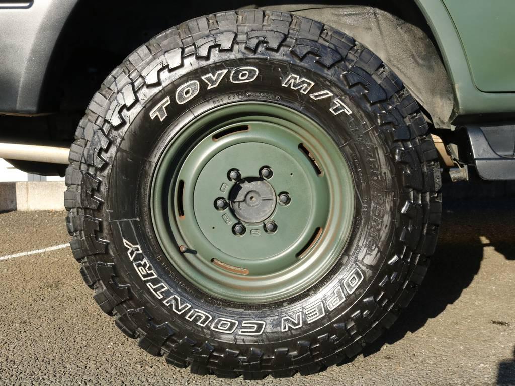 タイヤAW★AWはボディー同色で足元からルーフまで洗練されたデザイン♪ | トヨタ ランドクルーザープラド 3.0 TX ディーゼルターボ 4WD アーミーグリーン 丸目&ナロー換装