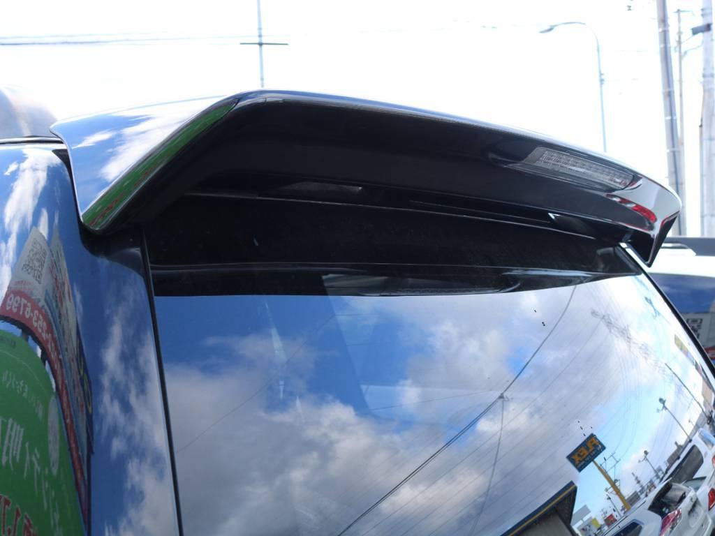リヤビューを際立たせてくれる人気のアイテムのリヤルーフスポイラー★付いている車両と付いていない車両では、だいぶ見た目が変わりますよー♪   トヨタ ランドクルーザープラド 2.7 TXリミテッド 4WD 本革 MID17AW&KO2 2UP