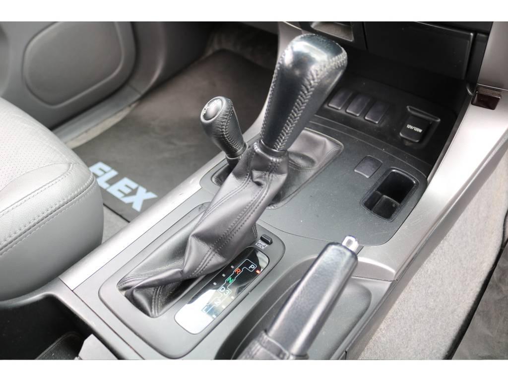 室内は何十項目にも亘るプロの専門ルームクリーニング施工済みです!小さなお子様連れのご家族も安心してお乗りいただけます!外せる部品は外し、特殊洗剤&用品で可能な限り汚れや使用感は除去します★   トヨタ ランドクルーザープラド 2.7 TXリミテッド 4WD 本革 MID17AW&KO2 2UP