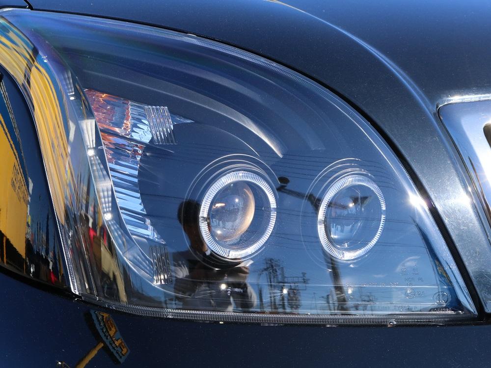 インナーブラックプロジェクターヘッドライトはブラックのボディに相性ピッタリ★また、夜間の点灯時もLEDリングが点灯し更に煌びやかになりますよ♪   トヨタ ランドクルーザープラド 2.7 TXリミテッド 4WD 本革 MID17AW&KO2 2UP