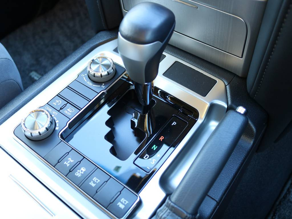 外装と同様内装も非常に綺麗な状態です。ドライブの際必ず触るシフトノブもスレなど無くグッドコンディション♪ | トヨタ ランドクルーザー200 4.6 AX 4WD 現行型 ZX仕様 モデリスタエアロ