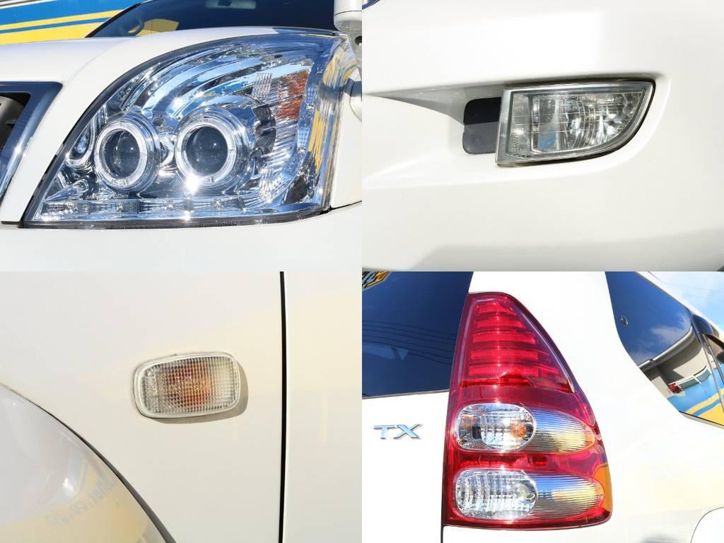 パールホワイトのボディカラーに合うようレンズ類もクリア系をチョイス!フォグランプやサイドマーカーもくすみなど無くコンディション良好です♪ | トヨタ ランドクルーザープラド 2.7 TXリミテッド 4WD オリジナル17AW&KO2 2インチUP