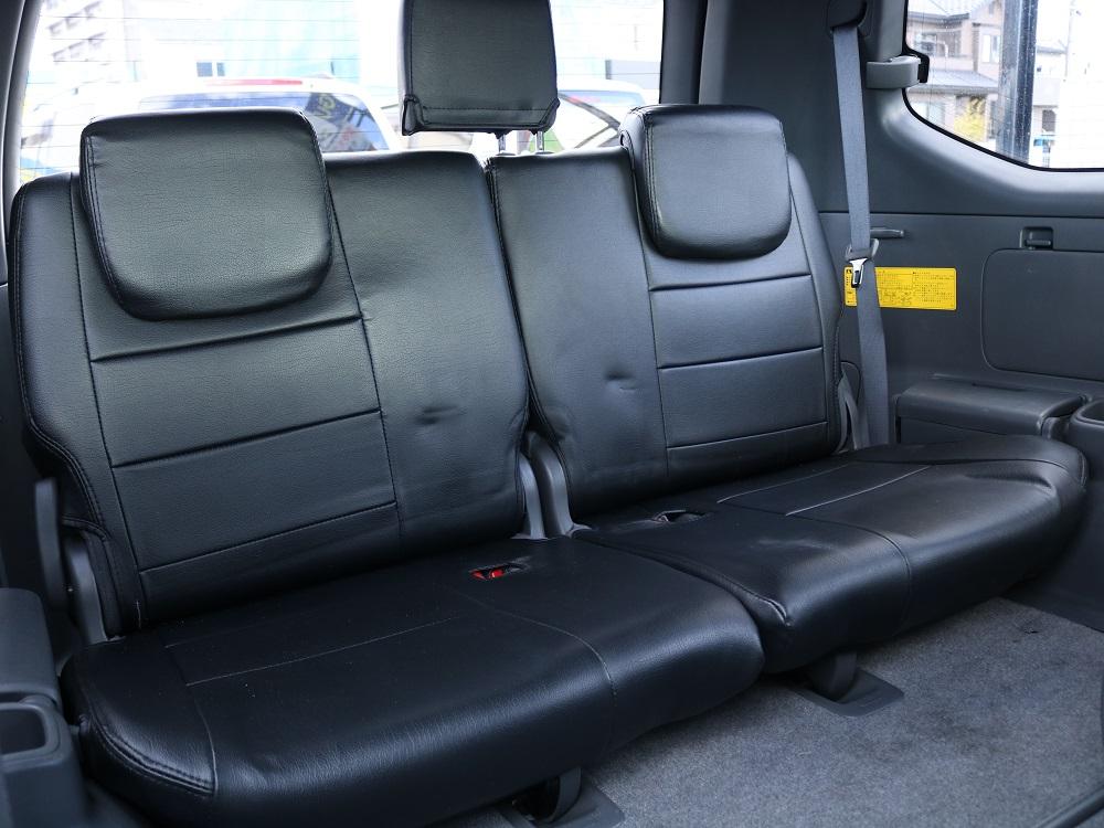 3列目のシートを下せば荷物を積むだけでなく人も沢山乗れる車両です!!