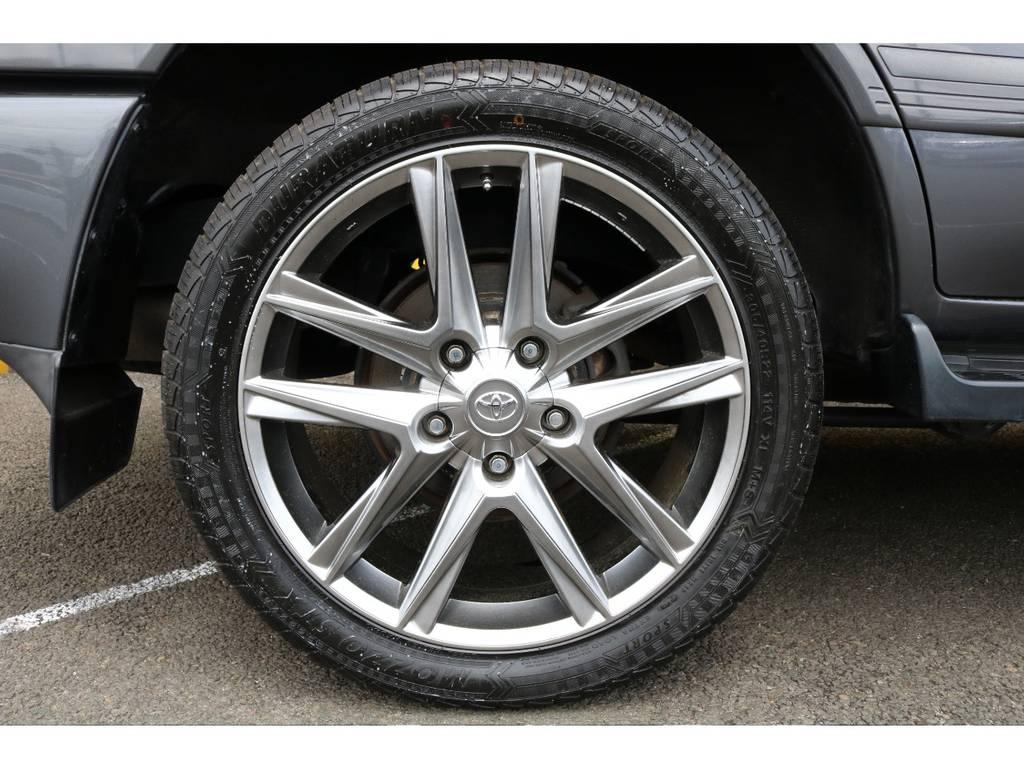レクサスLX風22インチアルミホイールはガンメタのボディカラーと相まって非常にオシャレな足元に仕上がっています♪ | トヨタ ランドクルーザー100 4.7 VX 4WD マルチレス 5速AT 新品22インチAW