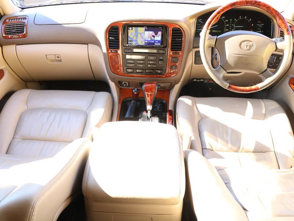 高級感の溢れ出た内装★コックピットは広々空間になっておりますので疲れを感じることなく運転する事が出来ます♪ドライブがより一層好きになりますよー! | トヨタ ランドクルーザーシグナス 4.7 4WD マルチレス フルエアロ 23インチAW