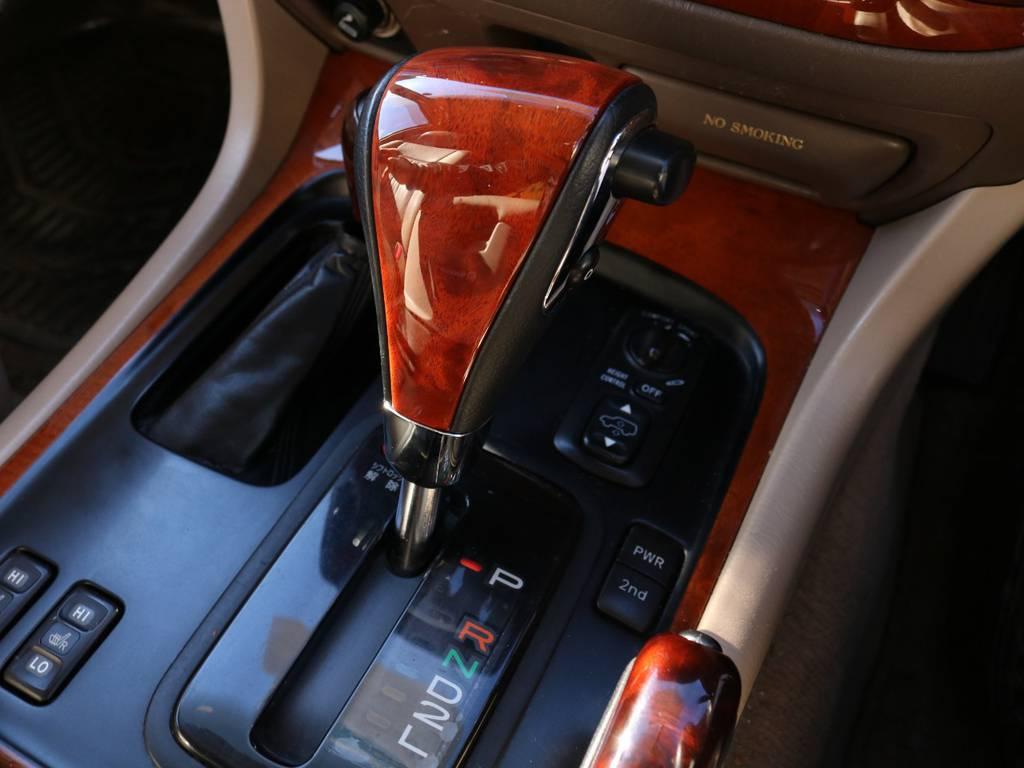 シフト廻り★高級感のある木目調が高級感を演出してくれますね★ | トヨタ ランドクルーザーシグナス 4.7 4WD マルチレス フルエアロ 23インチAW