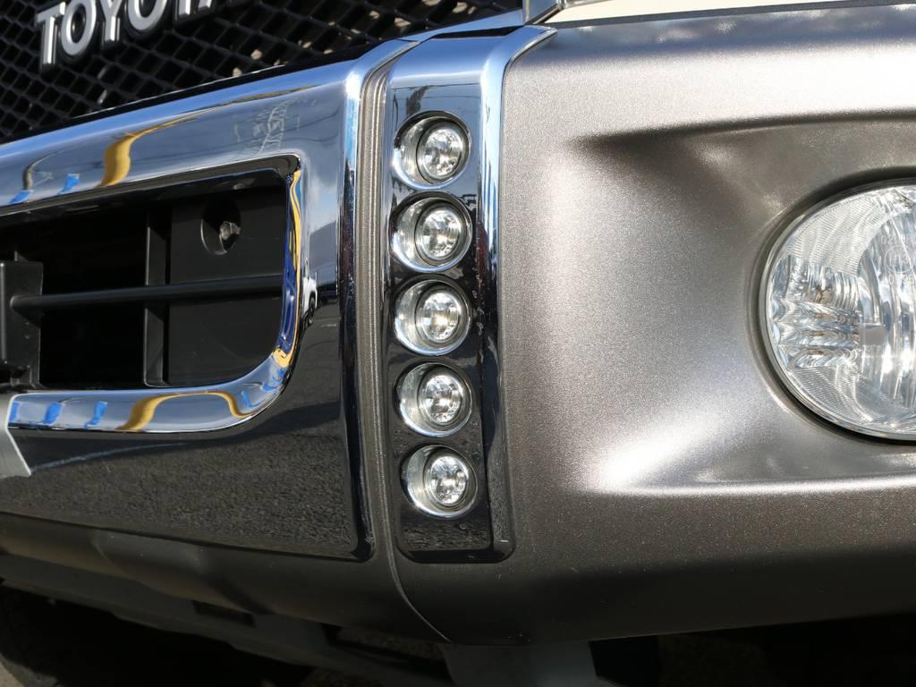 LEDライト&ガーニッシュも装着され、バンパーのメッキやフォグライトとの相性も良く存在感もあるアイテムとなっています♪ | トヨタ ランドクルーザー70 4.0 4WD 復刻76バン 低走行 JAOS16AW