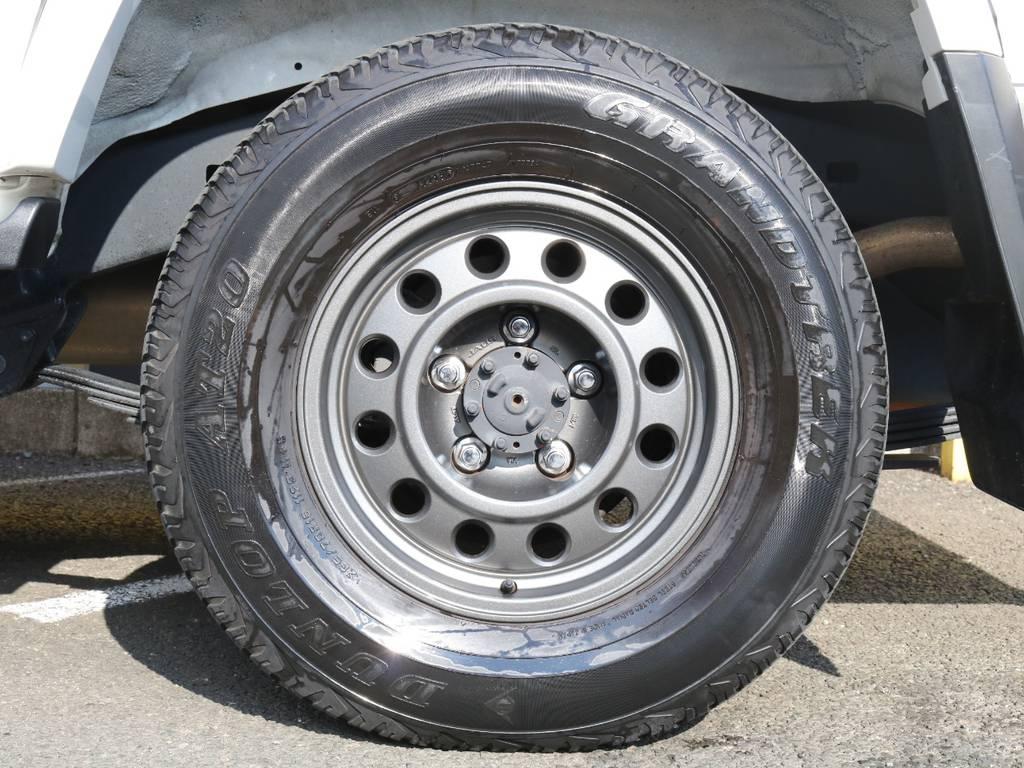 JAOSヴィクトロン16インチアルミホイールの装着で足回りもしっかりカスタム済み♪純正スタイルを崩さない王道のチョイスです☆ | トヨタ ランドクルーザー70 4.0 4WD 復刻76バン 低走行 JAOS16AW