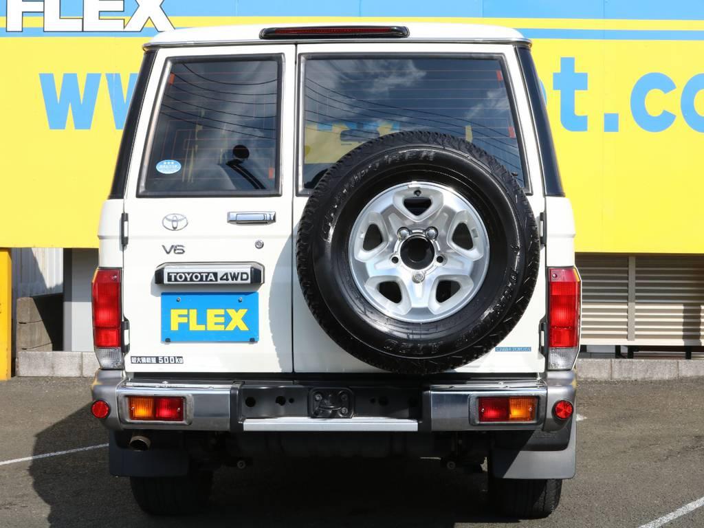 背面タイヤがランドクルーザーらしさを強調するリアビュー☆テールレンズ含め程度良好です♪ | トヨタ ランドクルーザー70 4.0 4WD 復刻76バン 低走行 JAOS16AW