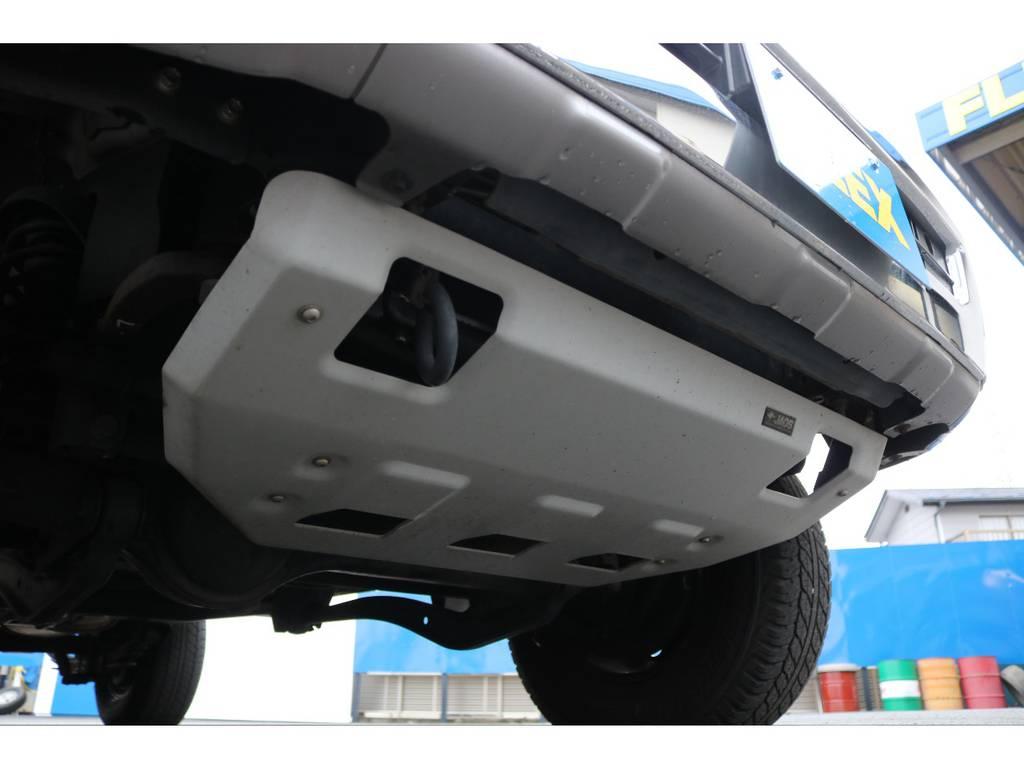 こちらもオプションとなる、JAOSスキッドプレート★下回りの保護を目的としたパーツですが、ルックアップにもなる4WDならではのアイテムです♪