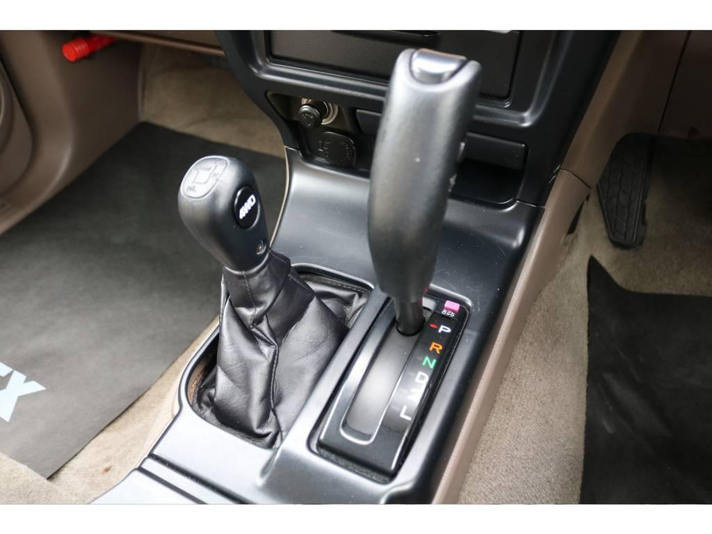 シフト周辺もキレイな状態です★ハイラックスサーフは必要に応じて2駆、4駆の切り替えが可能なパートタイム4WDなので、普段は2WDの低燃費な走りが可能なので経済的です♪ | トヨタ ハイラックスサーフ 2.7 SSR-V 4WD ブラック クラシックⅢ16AW KO2