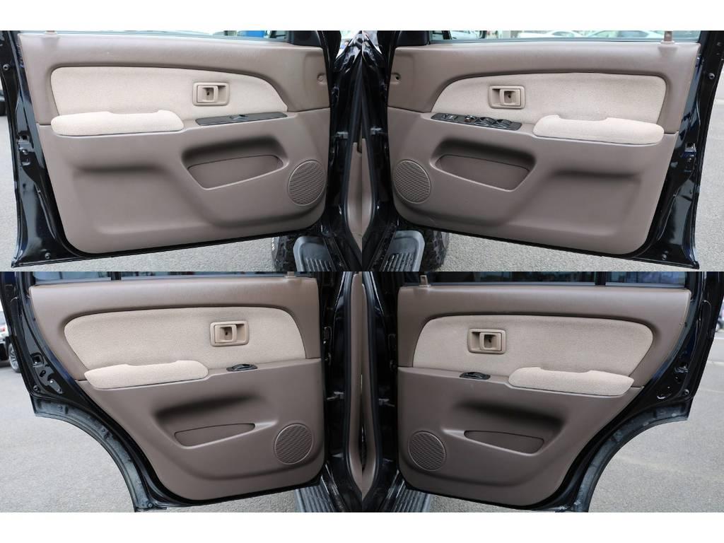 室内は何十項目にも亘るプロの専門ルームクリーニング施工済みです!小さなお子様連れのご家族も安心してお乗りいただけます!外せる部品は外し、特殊洗剤&用品で可能な限り汚れや使用感は除去します★ | トヨタ ハイラックスサーフ 2.7 SSR-V 4WD ブラック クラシックⅢ16AW KO2