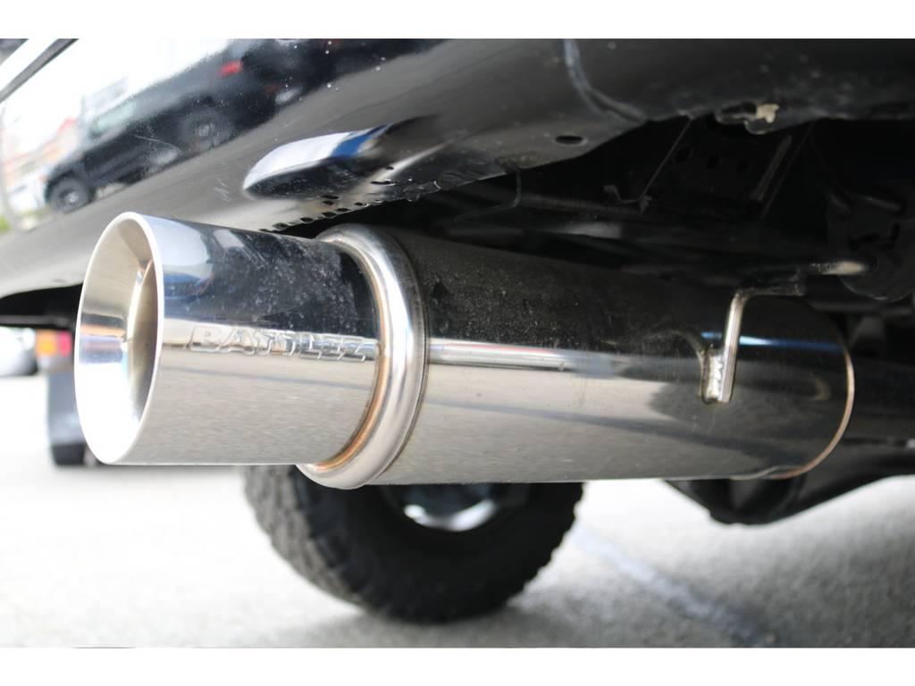 BATTLEZステンレスマフラー装備済み★まるで新品のような輝き★定期的に磨いていないとこの状態は保てないので、こういった部分にも前オーナーさんの愛情が感じられます!! | トヨタ ハイラックスサーフ 2.7 SSR-V 4WD ブラック クラシックⅢ16AW KO2