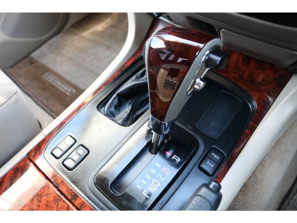 シンプルで操作性に優れたシフト周り★ウッドコンビシフトノブで高級感もアップ♪冬場に大活躍なシートヒーターも付いております!! | トヨタ ランドクルーザー100 4.7 VXリミテッド 4WD マルチレス フルエアロ 22インチAW
