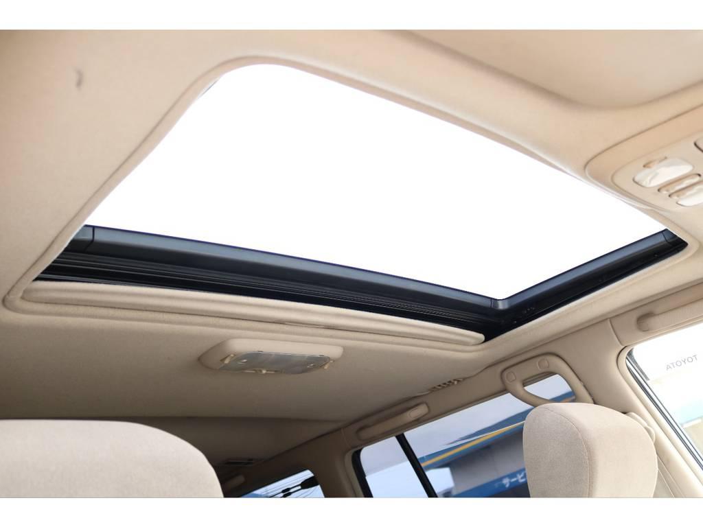 サンルーフも標準装備です!太陽光、新鮮な空気を取り入れ車内はとても快適に!晴れた日のロングドライブには、最高な人気装備です!チルトアップ、スライド開閉と2段階の操作が可能です! | トヨタ ランドクルーザー100 4.7 VXリミテッド 4WD マルチレス フルエアロ 22インチAW