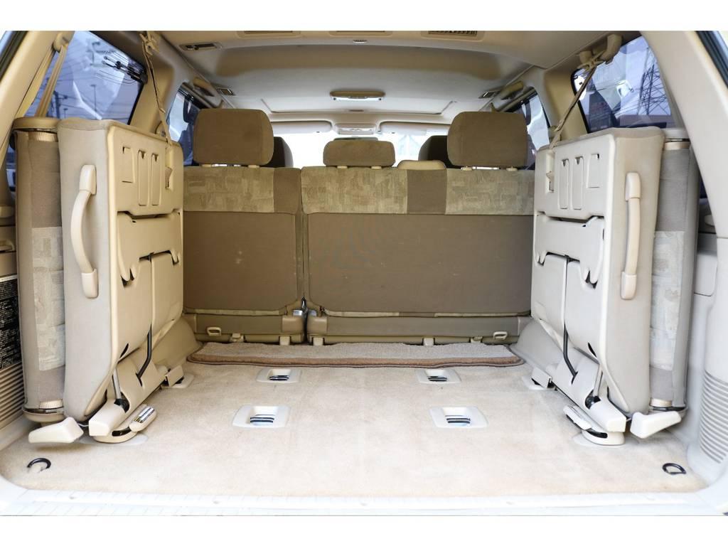 ラゲージルームは広々としてます!ご家族でキャンプ、友人とスノーボード、一人旅で車中泊、と考えるだけでワクワクしますねー★良い思い出をたくさん作りましょう♪1ナンバー登録も可能なのでご相談ください♪ | トヨタ ランドクルーザー100 4.7 VXリミテッド 4WD マルチレス フルエアロ 22インチAW