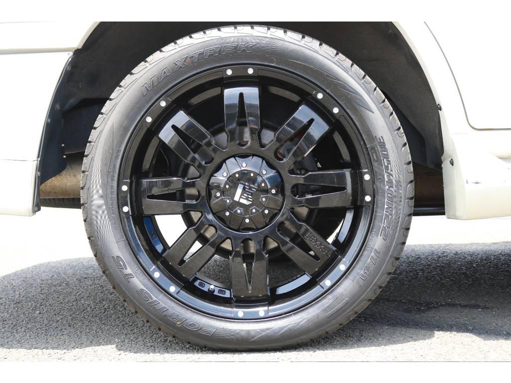 ブラックワントーンの22インチアルミホイールで足元もバッチリ決まってます!!タイヤの溝も十分残ってます♪ | トヨタ ランドクルーザー100 4.7 VXリミテッド 4WD マルチレス フルエアロ 22インチAW