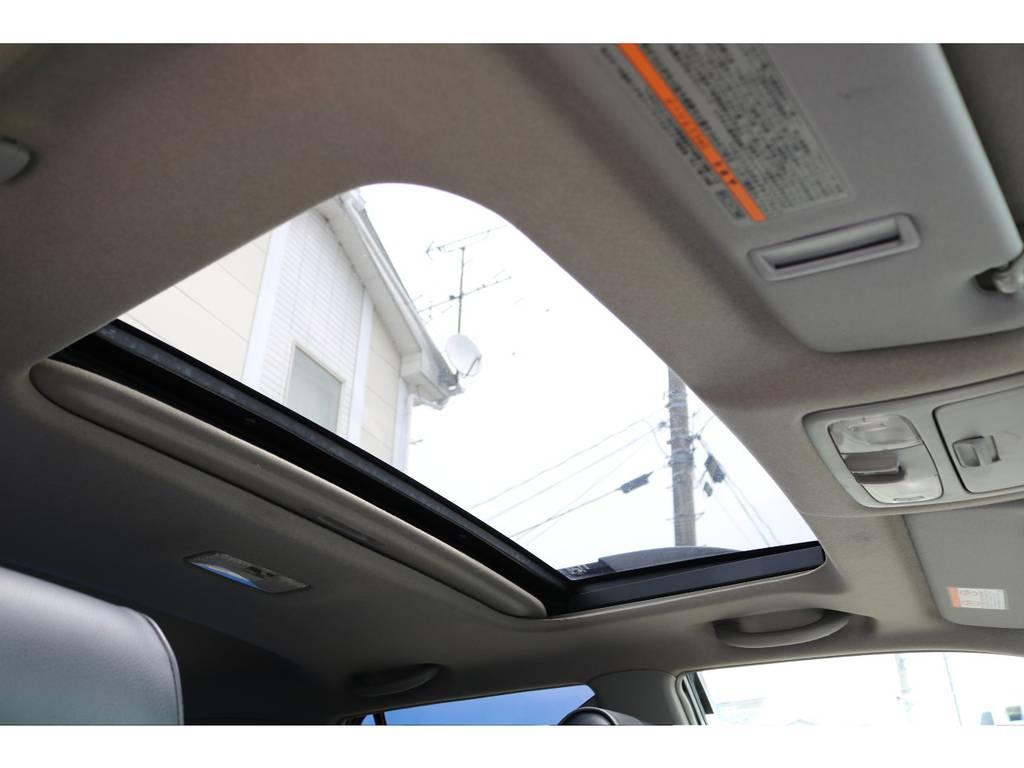 サンルーフも標準装備です!太陽光、新鮮な空気を取り入れ車内はとても快適に!晴れた日のロングドライブには、最高な人気装備です!チルトアップ、スライド開閉と2段階の操作が可能です!