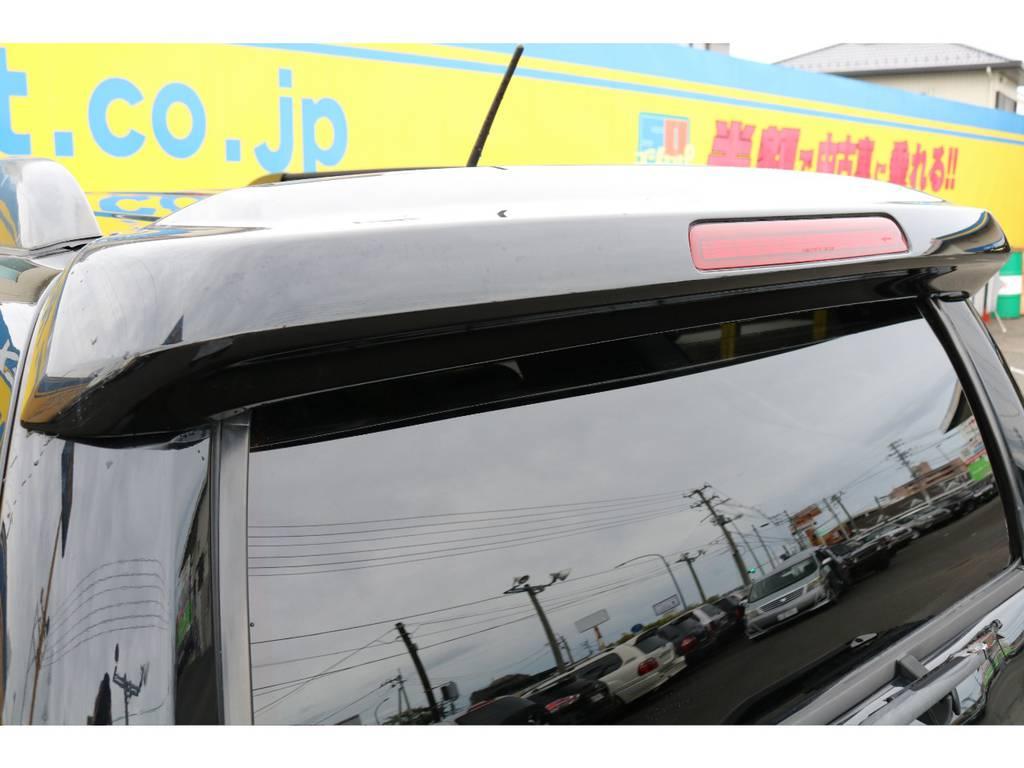 リヤビューを引き締めてくれるリヤルーフスポイラー★サーフの特徴とも言える、リヤガラスも電動で開閉可能ですよー♪ | トヨタ ハイラックスサーフ 2.7 SSR-X 4WD MGモンスター17AW&KO2 2UP