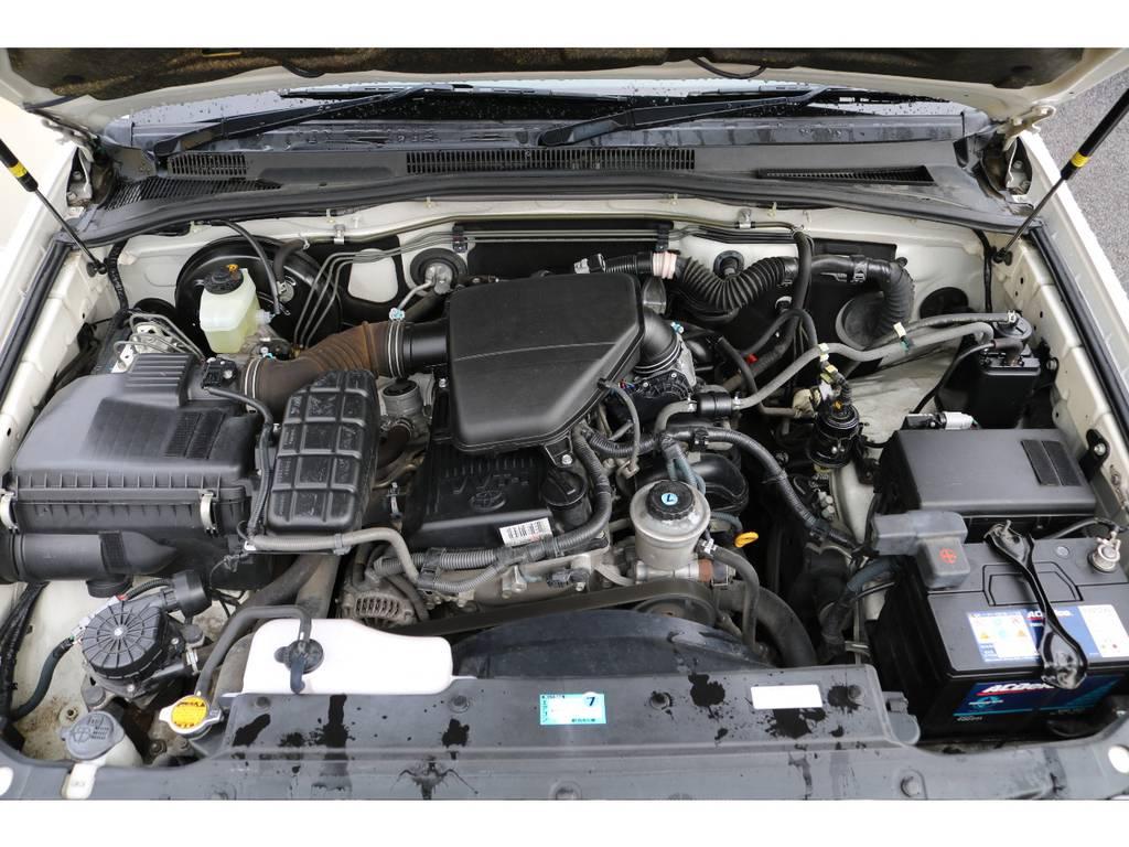 低燃費&タイベル交換不要の2TRエンジン★あんなにボディーの大きい200系ハイエースにも搭載されているエンジンなので、サーフの重量であればストレス無く走ってくれますよー♪ | トヨタ ハイラックスサーフ 2.7 SSR-G 4WD MGヴァンパイア17AW&KO2 2UP