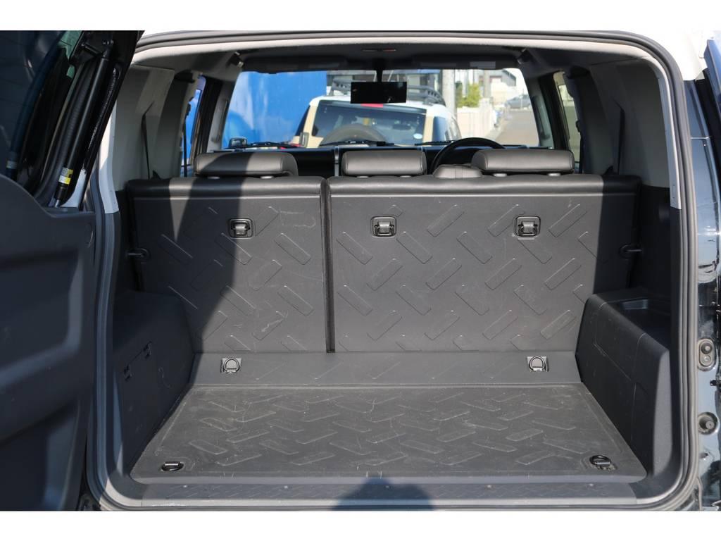 フロア&デッキともに防水カーペットになっており、表面に凹凸加工を施したラバー調素材が採用され、水濡れに強いフロアとなっております★まさにアウトドアシーンに最適の車と言えばFJクルーザー♪