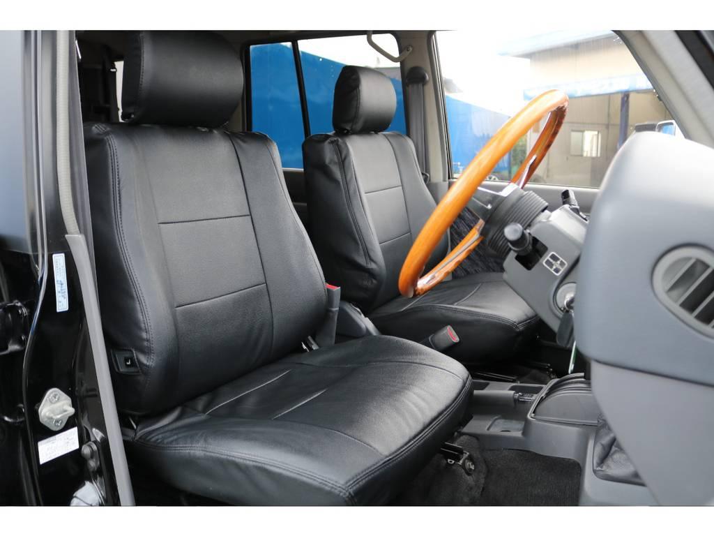 フロントシートです!全席にシートカバーも付いてますので、もし飲み物をこぼしてしまっても拭き取りが簡単です★チラッと見えているステアリングは「ナルディ」です♪