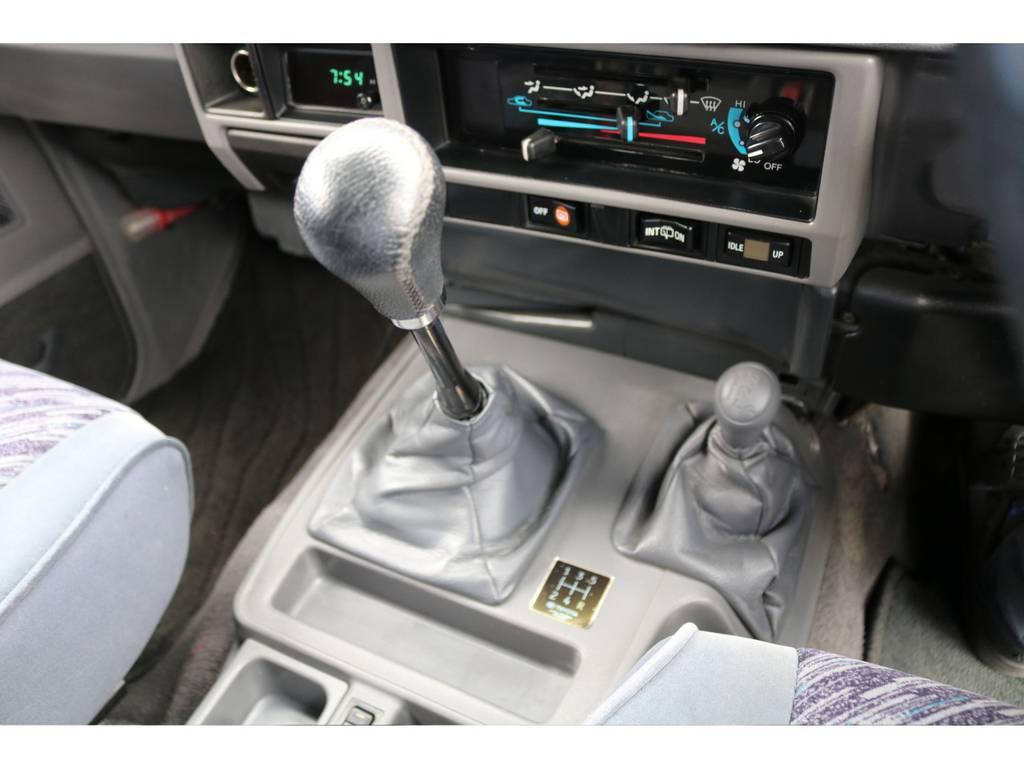 78プラドではとても希少な5速マニュアルミッションです★エンジンの鼓動をダイレクトに感じられ、クラッチで足回りへと繋ぐ感覚は、マニュアル車ならではの醍醐味でしょう♪