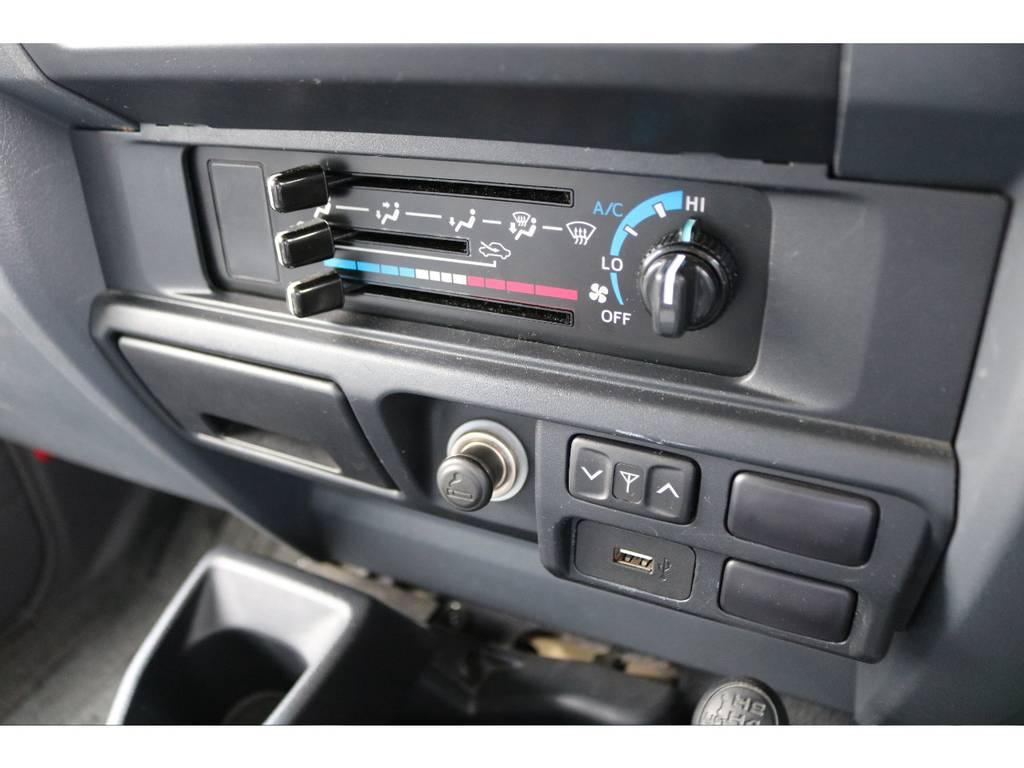 旧70と同じマニュアルエアコンです★風量スイッチの奥にACツマミがありますので、必ず上図のようにしてお使いください♪ | トヨタ ランドクルーザー70 4.0 4WD 買取直販 ワンオーナー デフロック