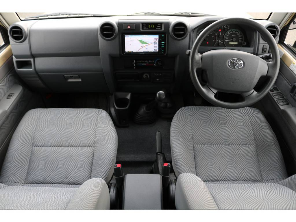 旧70系と同じレイアウトとなっており、シンプルなインテリア★ですが、旧70系には無かったWエアバック&ABS搭載で安全性も高まってますのでご安心ください♪ | トヨタ ランドクルーザー70 4.0 4WD 買取直販 ワンオーナー デフロック